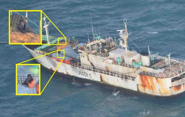20130718_Guards-on-Naham3-are-highly-alert-2-suspect-pirates-pointing-their-weapons-at-the-EU-Naval-Force-helicopter-on-recce-flight2-623x393